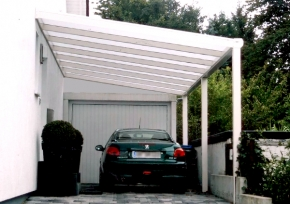 Carport mit Wandanschlu vor Garageneinfahrt