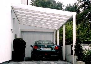 Carport mit Wandanschluß vor Garageneinfahrt